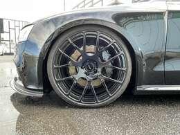 足元はKW車高調にAGIOホイールの組み合わせになります。RSならではのウエーブローターになります。