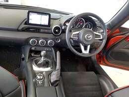 各種操作が適切に行えるように、操作部分が良く考えられて配置された運転席回りです。
