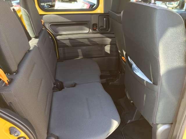 後部座席は簡単に収納することができます。