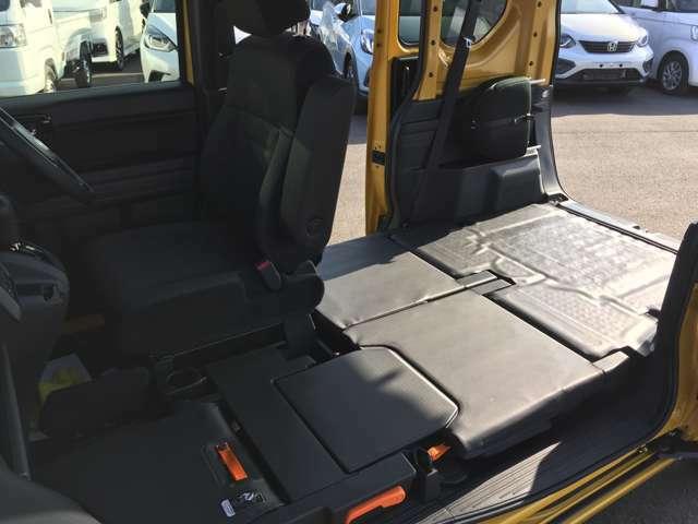 後部座席だけでなく助手席まで倒せばこれだけの空間が生まれます。左側ピラーレスなので積み降ろしもラクラク!