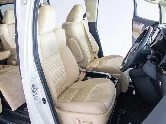 アルファード専用ハーフレザーシートを全席採用!高級感のある雰囲気・座り心地を体感して下さい。