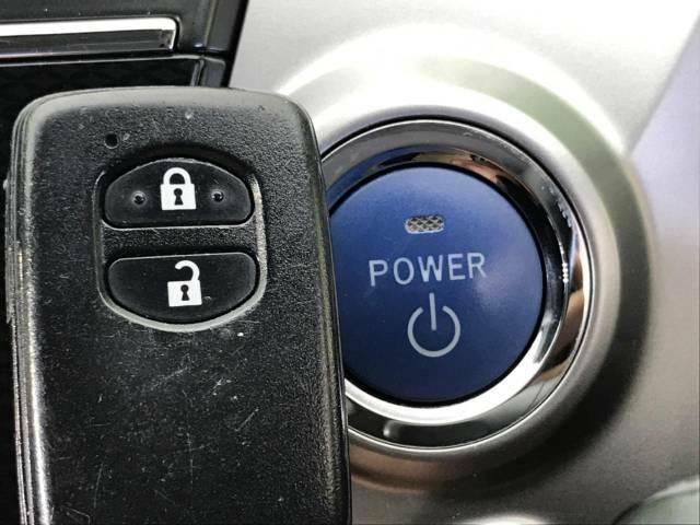 ☆あると便利なスマートキー装備☆カバンやポケットに入れたままドアの開閉やエンジンがかけられます♪