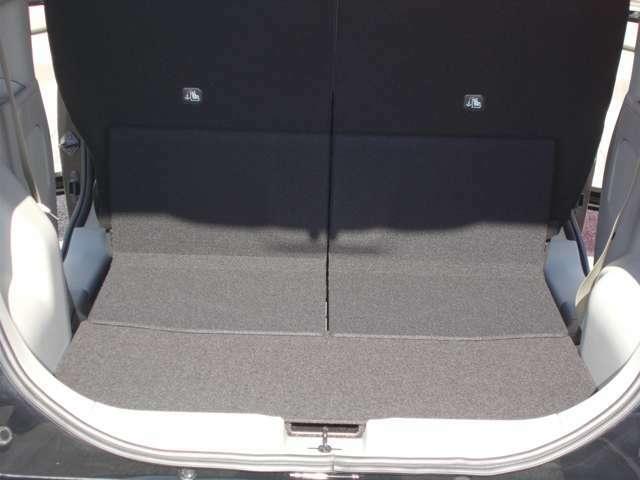 後席を一番前にすれば荷室床面積長は675ミリ。用途にあわせてフレキシブルに対応致します。