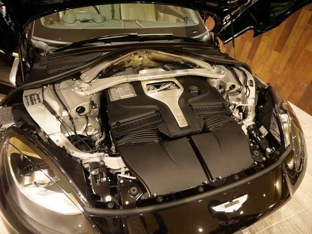 V8の4.0リッターのツインターボエンジンは安心のAMG製のものをアストンマーチンのチューニングを施されたもの。