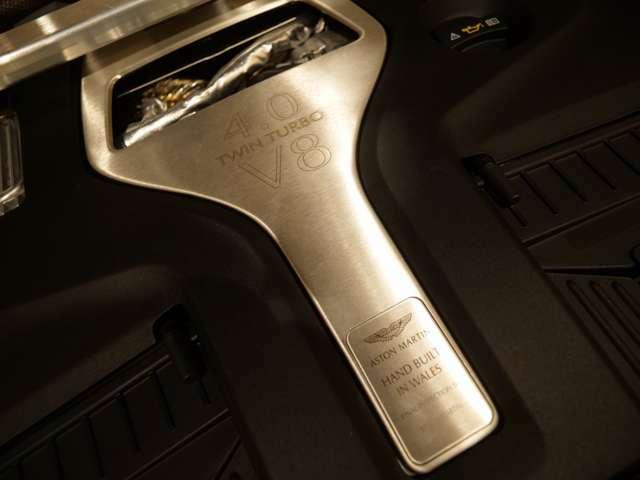 エンジンカバーは手組みされた最終検査を手掛けた人の名前が刻まれており、特別な一台を乗ることの感動を新たにできます。