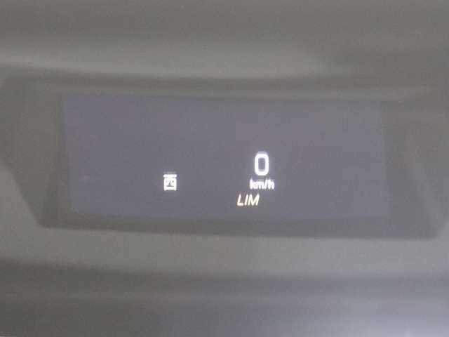 【ヘッドアップディスプレイ】ドライバーの前方に浮かんでいるように見える画像で、車速やナビゲーションの案内情報などが、前方の道路状況から視線を外さずに確認可能。安全運転をサポートします。