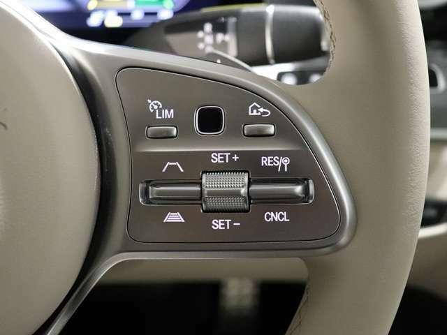 【運転中の動作は最小限】全てが手元で操作できるステアリング。手を伸ばさなくても手元で完結するということは、想像以上に快適です。