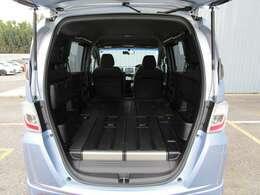 ■リアシートを倒すと、とても広い空間が出来上がります!汚れを落としやすい素材の床なのでいろいろなものを載せるのに便利!車中泊もできそうですね!■