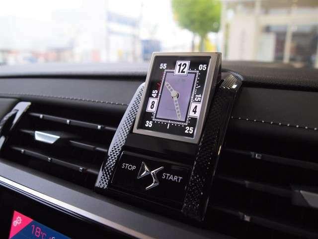 エンジンをスタートさせると、フランスの高級時計メーカーB.R.Mのアナログ時計が出てきます