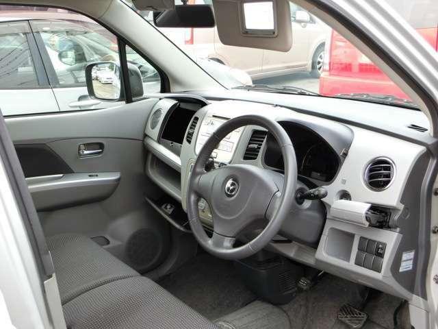 運転席のバイザーにはバニティミラーが付いており、お化粧直しなどにとても便利!収納がたくさんあり車内広々空間!