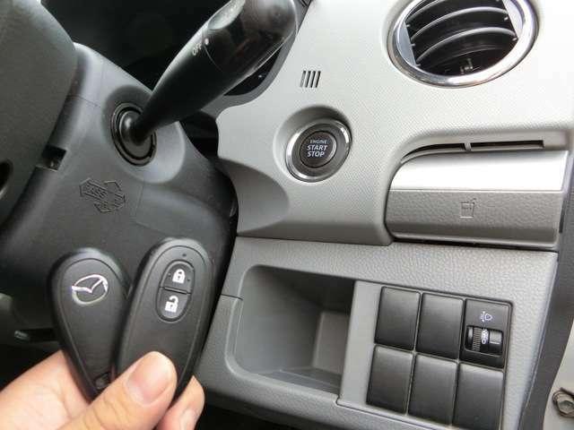 かんたん便利なスマートキー!体に身に着けていればキーを出さなくてもドアロック解除や、キーをささなくてもボタン一つでエンジンプッシュスタートができて便利です!