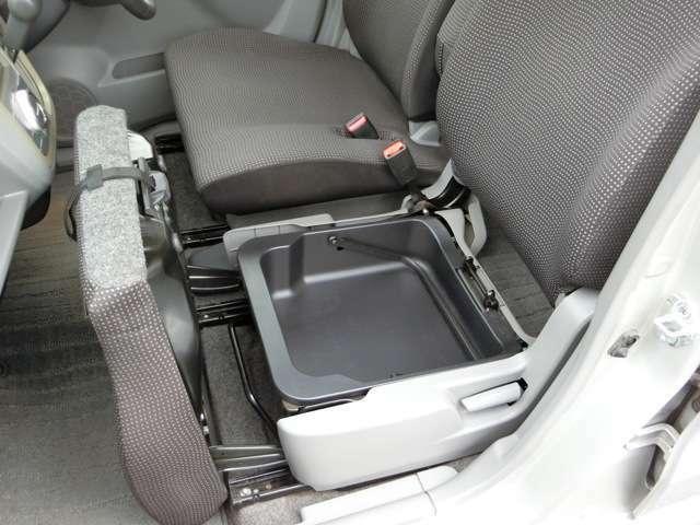助手席のシート下にも持ち運び可能なバケツ型の収納!使い方いろいろ!