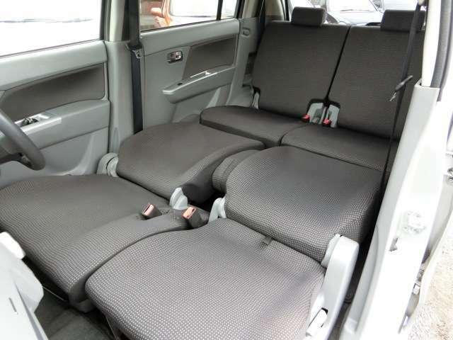 運転席・助手席のヘッドレストを外して倒せば、フルフラットにすることも可能!車中泊にも申し分ない広さ!
