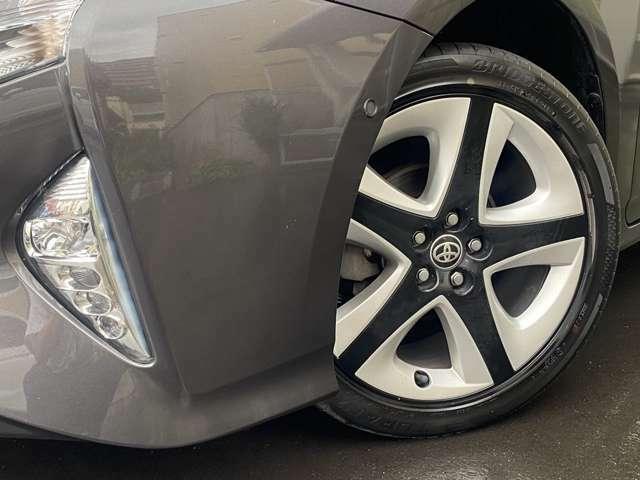 ホイルは純正17インチアルミホイルになります。タイヤは夏冬セットでお付けしますので、余計な出費もかさまず安心です。タイヤサイズ215-45-17。