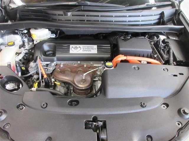 """"""" HV車はモーターとエンジンの2つの動力で駆動し低燃費を実現。モーターはエンジンの余剰エネルギーを回収します!排出するCO2も同クラスガソリン車に比べ大幅に低減"""""""
