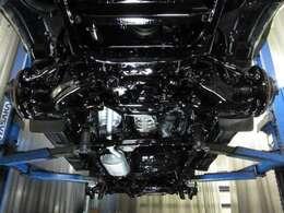 良質な素材車を入手し、最初に行う作業は防錆対策です☆腹下にサビは必ず出ます。まずは発生しているサビを電動式ワイヤーブラシ等を使い徹底的に除去します。仕上げは防錆塗装の重ね厚塗り☆顔が映るほどの黒光り☆