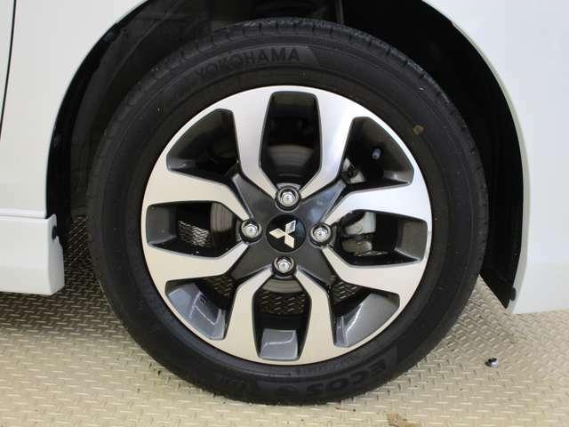 タイヤの画像です。サイズは165/65R15・純正アルミホイール装備