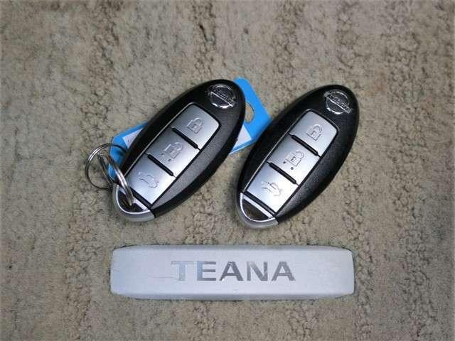 さらにスマートキーも装備されていてお車の高額装備のひとつです!!カバンの中から鍵を探す手間もなくすぐに開閉できます!両手が荷物で塞がっている時や雨のときなど便利ですね!