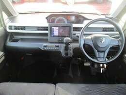 運転席から助手席への移動がスムーズに出来るベンチシート。