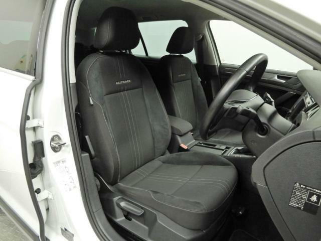 安全性と快適性を追求した、少し硬めのシート。 これは長時間の運転や渋滞などの状況でも、身体の疲労度が少ないことを求めたものです。