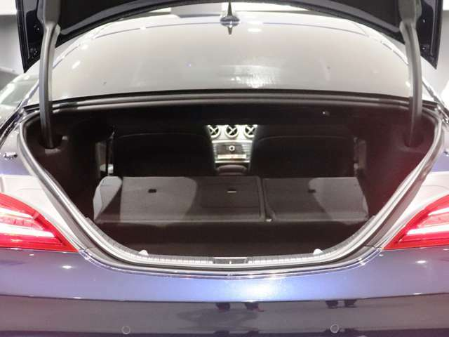 後部座席の背もたれを倒すと、グッと積載量が増えるトランクルーム。