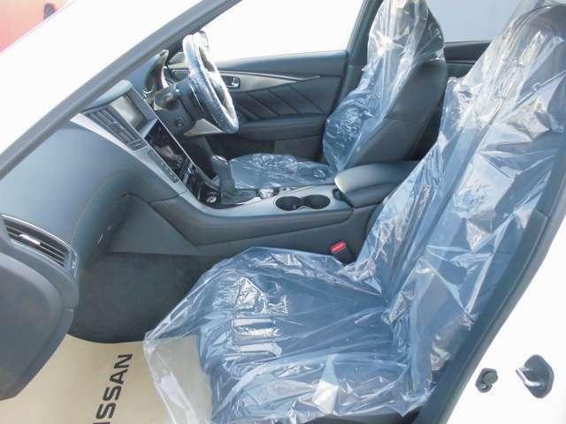 ★運転席のシートと助手席シート★実際に座ってみると、視野の広さ、クッションの座り心地・各種ボタンの配置など運転席に座ると気づく点も多々ございます。実車の確認はとても大事です。
