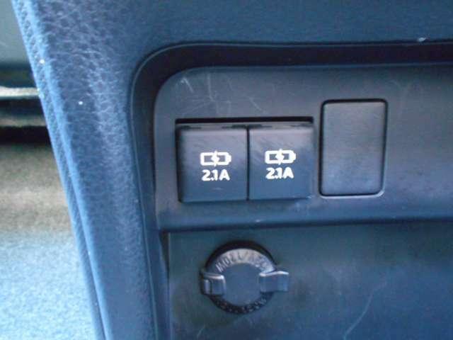 スマホなどの充電に便利なUSBポートも2口ございます。