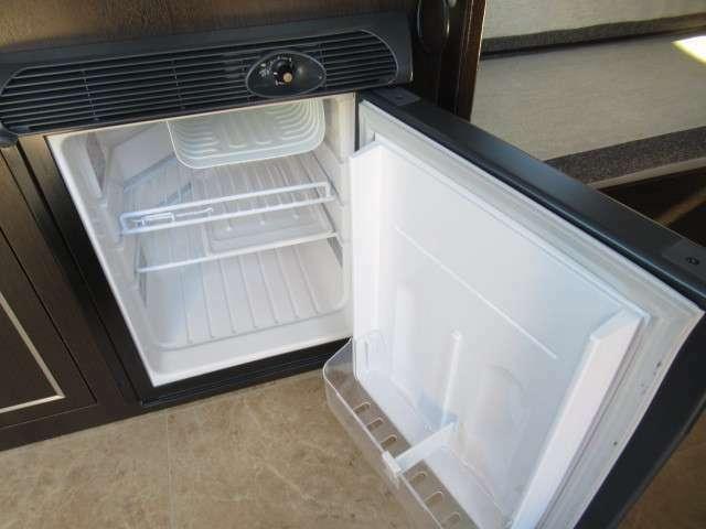 DC冷蔵庫も装備しております!キャンピングカーには欠かせないアイテムですね♪