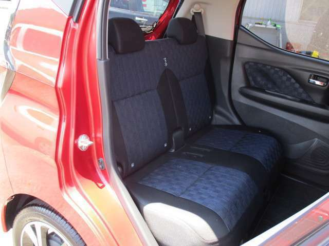 軽とは思えないほどの室内空間。リヤシート空間も足が組めるほど広く、4人乗車でもリラックスしてドライブが楽しめます。