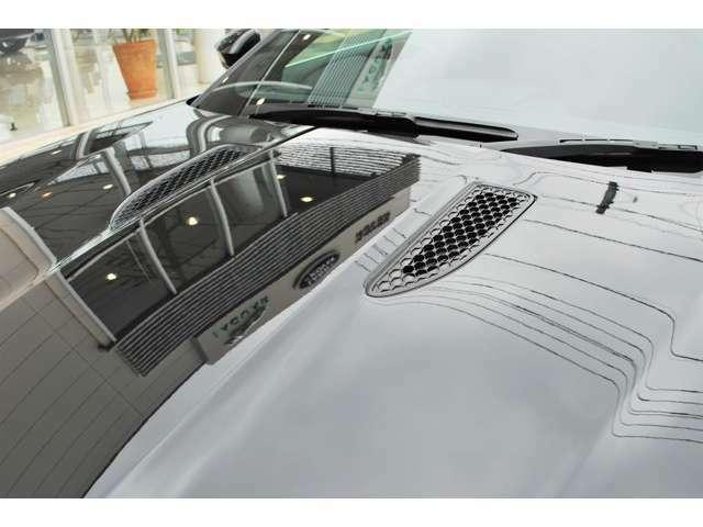 ボンネットルーバーが設けられエンジンルーム内の排熱を促すと共に空力性能も高めます。