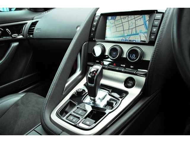 F-TYPEは運転席と助手席を明確に区切るラップアラウンドを採用してスポーツ感を演出しています。