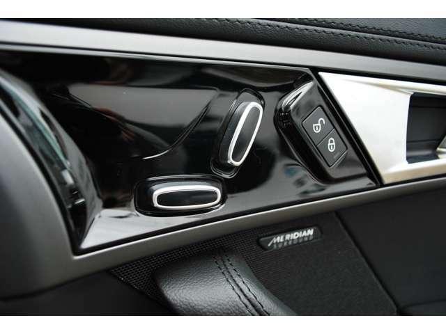 電動調整シートでお好みのドライビングポジションを簡単に設定することができます。
