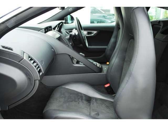スエードクロスとコンビのハーフレザーシートは使用感も少なく、ホールド感も程よく有りロングドライブでも疲労も少なく済みます。