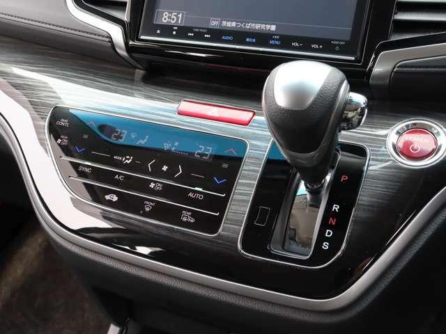 【 トリプルゾーンコントロールフルオートエアコン 】運転席、助手席、後席の3つのゾーンで好みの温度調節が可能となっております!