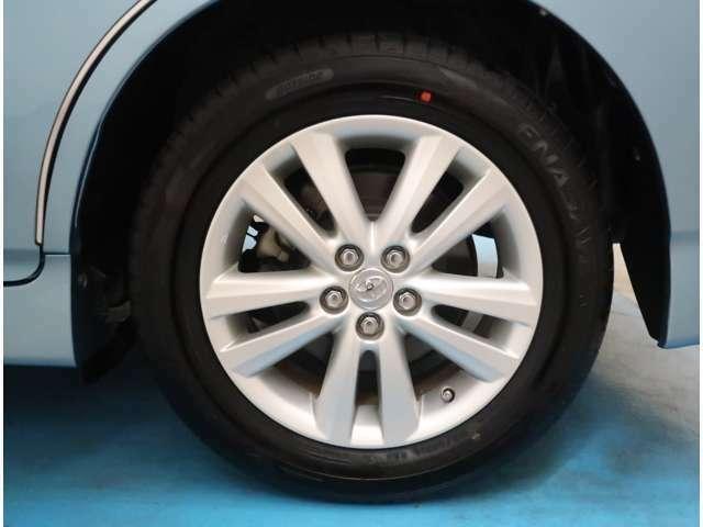 【純正16インチ】タイヤの残り溝もしっかり残っております。ご納車前に点検・空気圧調整もさせて頂きますので、ご安心下さい。