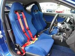 運転席、助手席シートはアークティクブルー外装色に合う青のRECAROセミバケットシートを装着。切れや目立つような擦れなども無く大変綺麗な状態となります。お気軽に047-492-4000まで!