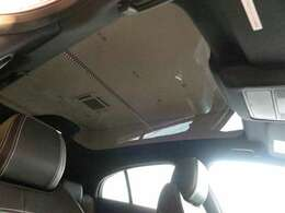 【パノラミックルーフ メーカーオプション参考価格228,000円】「後席まで広がるパノラミックルーフは遮るものがなく、後席からもでも解放感たっぷりの仕様です。車内に明るい日差しを取り入れます。」