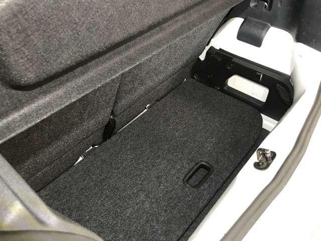 トランクの下には更にスペースがあるので、見た目以上に積み込めます!