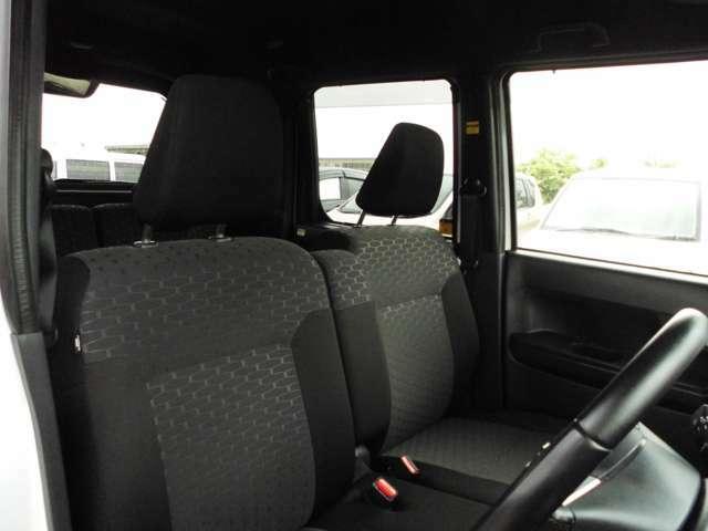 室内、シート共に黒色のお車です。状態はとても綺麗ですよ。