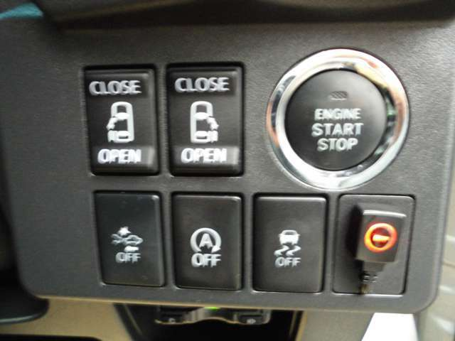 室内からスライドドアの開閉ができます。アイドリングストップ機能付きのお車です。