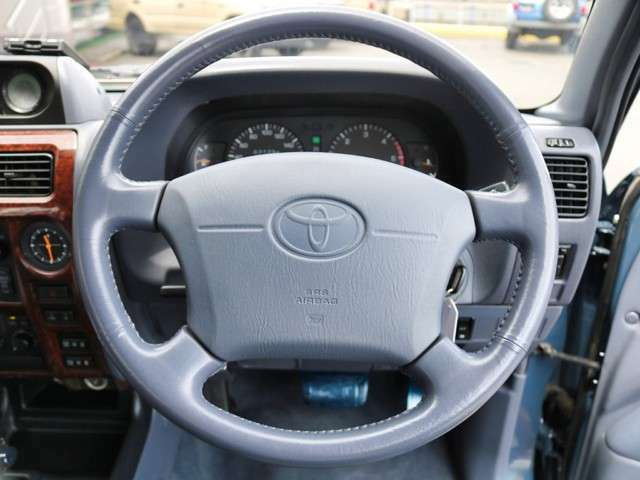 運転席助手席共にエアバック機能装着です。