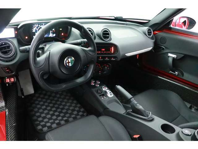 極限まで軽量化を図っている為内装は非常にシンプルですが、その分車検証上の車両重量は1050キロと驚異的な軽さを誇っております。