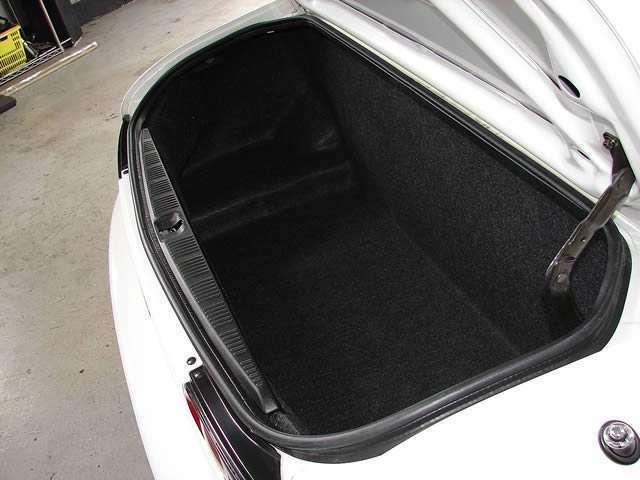 スポーツカーには珍しい大型のトランクルーム、使用された形跡も有りません。旅行時には大きなカバンを収容可能でございます。