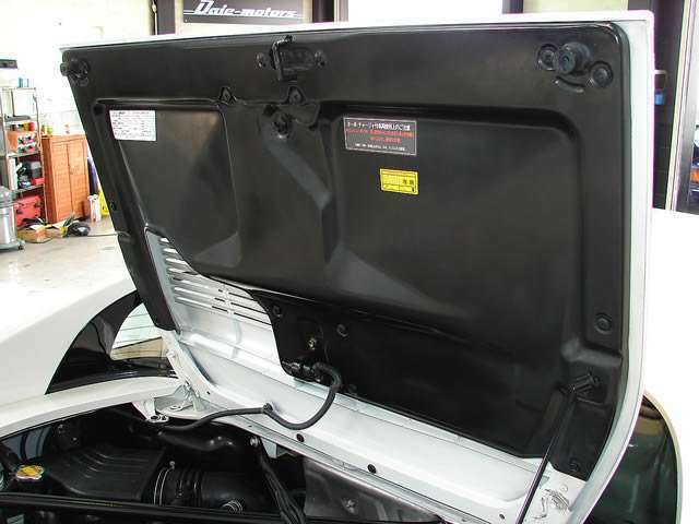 エンジンフード裏側パネルも汚れや変色等無く美しく輝いております!ピカピカでございます!!
