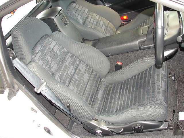 とてもコンディションの良いドライビングシート、MR2のシートには調整式のサイドサポートが装備されており、サイドサポートを調整する事により、バケットシート並のホールド感を得る事が出来ます。