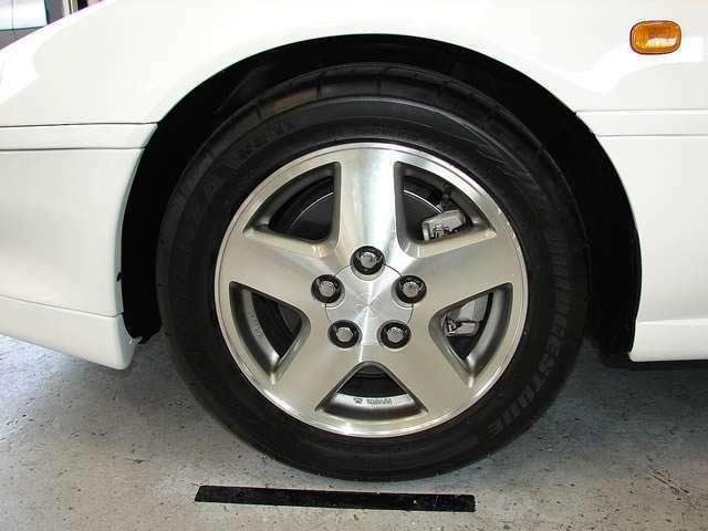 IV型モデルにのみ採用された切削タイプの星型アルミホイール、ピカピカに輝いております。タイヤにはブリジストン製高級ラジアルタイヤをチョイス!