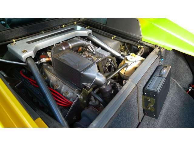 ミッドシップに積まれた2174ccの4気筒ターボエンジン。写真右がラゲージスペース。ボックスはオプションのCDチェンジャー。
