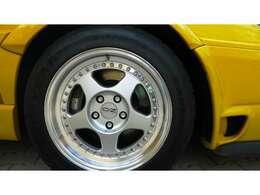 フロントタイヤは245/45/16。327mmの大きなディスクが装着される。