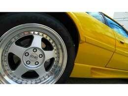 OZのマッシブなリアホィールには315/35/17のタイヤがつく。中には4ポッドのAPレーシングキャリパーを備える。ディスクは280mm。