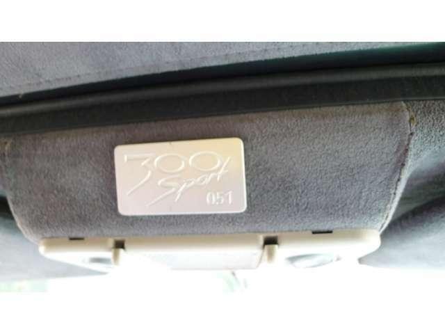 バックミラーの上にはこの車が65台中の51台めということを証明するバッジが貼られている。83年にルマンに出場した車は300スポーツをベースに作られており、そのためのホモロゲーションモデルといっていいい。